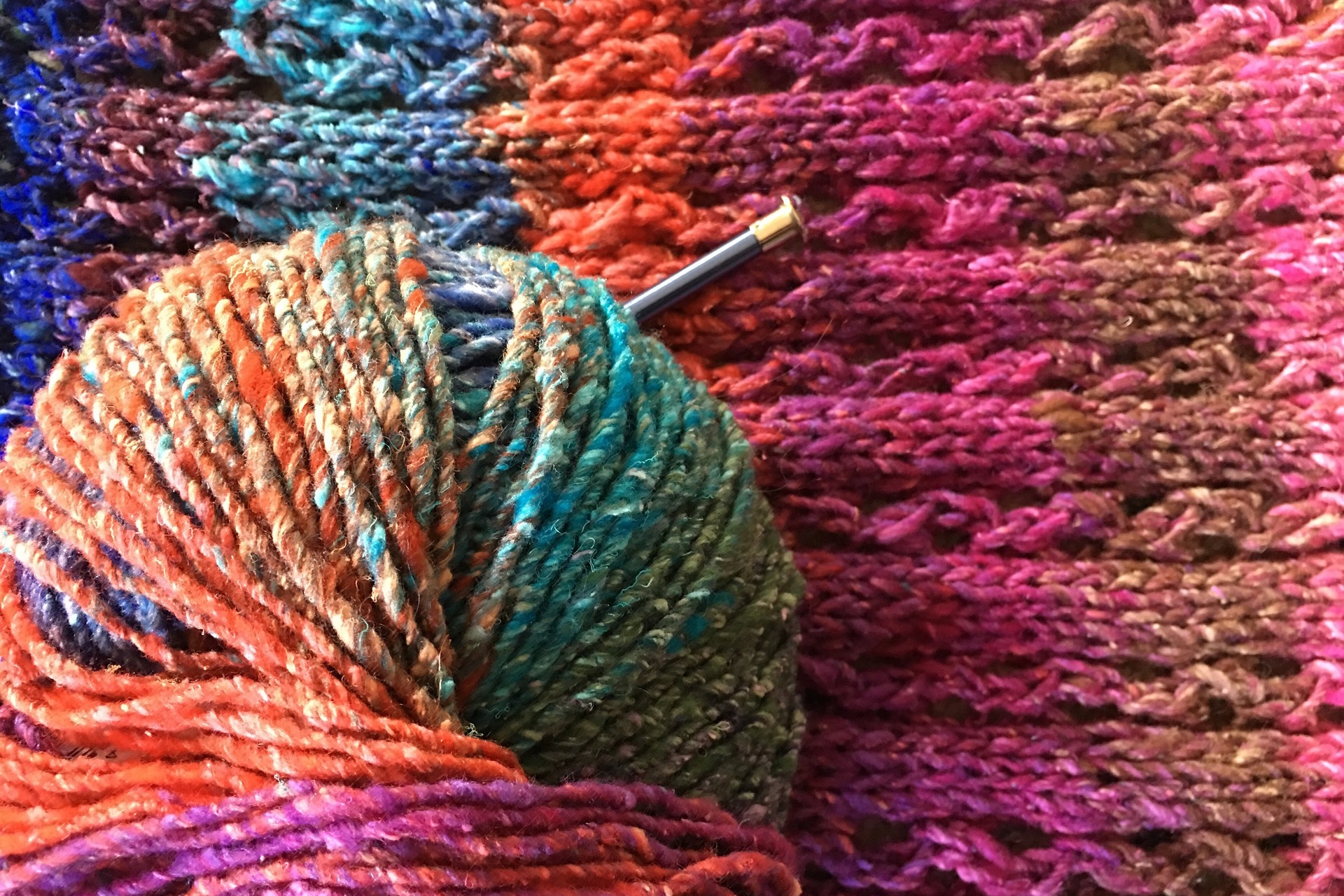 Knitted fabric and skein of yarn